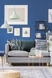 Sofà grigio nella stanza blu Fotografie Stock Libere da Diritti
