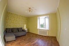 sofà grigio in una stanza con le pareti verdi fotografie stock libere da diritti