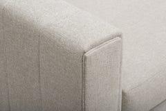 Sofà/letto di sofà rosa-chiaro, cuscino bianco e rosa di Christine Light Gray Loveseat, con fondo bianco immagini stock libere da diritti