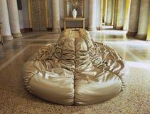 sofà moderno dell'oro Fotografia Stock
