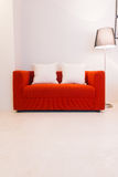 Sofà rosso con la lampada della luce e del cuscino Fotografia Stock