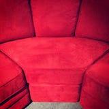 Sofà rosso del velluto Fotografie Stock Libere da Diritti