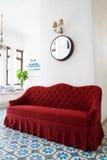 Sofà rosso lussuoso Immagini Stock