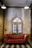 Sofà rosso nella stanza di theVintage Fotografia Stock