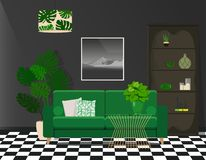 Sofà verde contro una parete nera Contrapponendo, interno luminoso fotografia stock libera da diritti