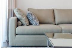 Sofà verde del tessuto con il cuscino in bianco e nero Fotografie Stock Libere da Diritti