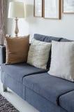 Sofà verde del tessuto con il cuscino in bianco e nero Fotografia Stock Libera da Diritti