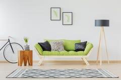Sofà verde ed accento nero fotografia stock libera da diritti