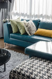 Sofà verde in salone moderno Fotografie Stock
