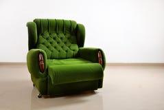 Sofà verde su bianco, anteriore Fotografie Stock