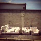 Sofá abandonado en la calle Imagen de archivo libre de regalías