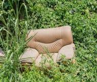 Sofá abandonado en la hierba Imagen de archivo libre de regalías