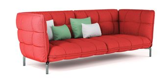 Sofá acolchado rojo moderno de la tela en las piernas del metal con las almohadas en fondo blanco aislado Muebles, objeto interio stock de ilustración