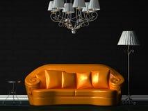 Sofá alaranjado, tabela, candelabro e lâmpada padrão Foto de Stock