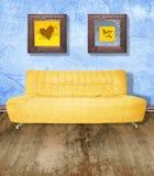 Sofá amarelo no azul do grunge Foto de Stock Royalty Free