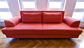 Sofá anaranjado Fotografía de archivo libre de regalías