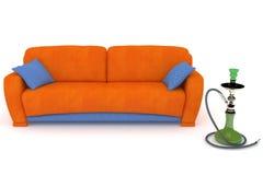 Sofá anaranjado azul con una cachimba Imagen de archivo