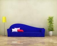 Sofá azul con el entarimado, la lámpara, la planta y los amortiguadores Imagenes de archivo