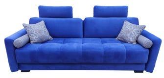 Sofá azul Sofá suave de la tela del terciopelo Diván moderno clásico en fondo aislado imagenes de archivo