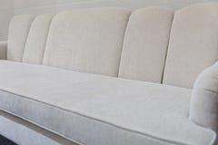 sofá beige del sofá de la tela Foto de archivo