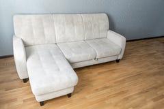 sofá beige en piso laminado en sala de estar vacía imagen de archivo libre de regalías