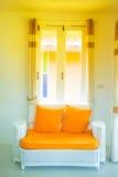 Sofá blanco con el amortiguador anaranjado en el dormitorio foto de archivo libre de regalías