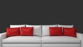 Sofá blanco con las almohadas rojas en un fondo oscuro Foto de archivo