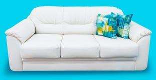 Sofá blanco del cuero del eco con la almohada azul Sofá blanco como la nieve suave con el coche-tipo capitone de la perorata Divá Fotos de archivo