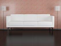 Sofá blanco en el cuarto Fotografía de archivo