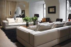 Sofá blanco en interior Imagenes de archivo
