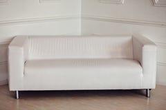 Sofá blanco en sitio Fotografía de archivo
