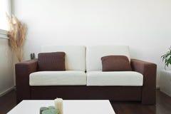 Sofá blanco y marrón de la tela imágenes de archivo libres de regalías