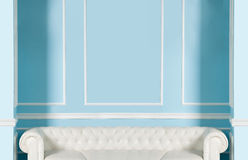 Sofá branco em um fundo da parede azul Fotografia de Stock Royalty Free