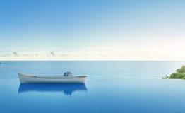 Sofá cama en el bote de remos con la piscina de la opinión del mar en casa de playa de lujo Imagen de archivo