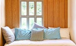 Sofá-cama na sala de madeira do estilo da casa de campo Imagens de Stock Royalty Free