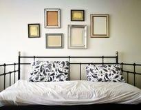 Sofá-cama na sala de visitas imagens de stock royalty free