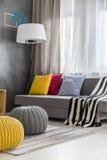 Sofá cinzento na sala de estar moderna fotografia de stock