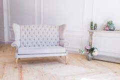 Sofá cinzento no fundo branco Fotografia de Stock Royalty Free