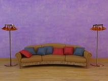 Sofá clásico con dos lámparas Foto de archivo