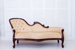 Sofá clássico do estilo de matéria têxtil bege na sala do vintage imagens de stock