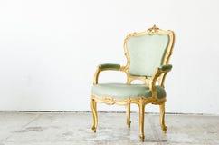 Sofá clássico verde luxuoso do sofá da poltrona do estilo no vintage r Fotos de Stock Royalty Free