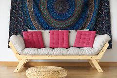 Sofá com descansos foto de stock