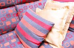 Sofá con las almohadas coloridas Fotografía de archivo libre de regalías