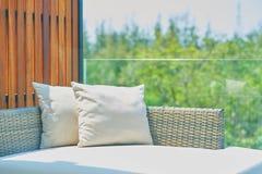 Sofá con las almohadas en luz del sol, al aire libre fotos de archivo