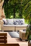 Sofá confortável no pátio imagens de stock royalty free