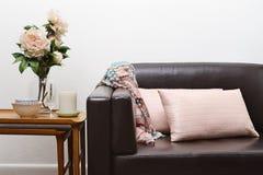 Sofá contemporáneo de la sala de estar imagen de archivo libre de regalías