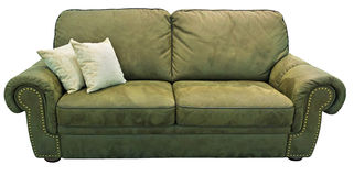 Sofá da azeitona verde com descanso Sofá caqui macio Divã clássico do pistache no fundo isolado Sofá da tela do couro do velor de Foto de Stock Royalty Free