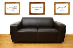 Sofá de couro de Brown e frames em branco da foto Foto de Stock