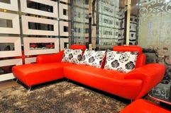 Sofá de couro na sala de visitas Fotos de Stock Royalty Free