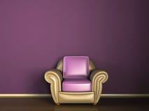 Sofá de couro no quarto roxo Fotos de Stock Royalty Free